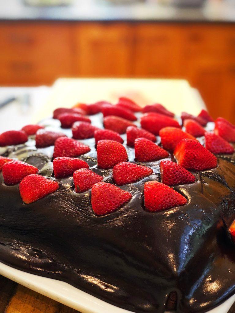 Chocolate-cake-with-fresh-strawberries